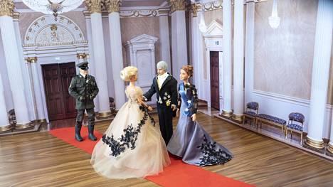Presidenttipari kättelemässä pukukuningatar Janina Silvennoista. Taustalla vuoroaan odottaa kenraali Sakari Gunnerström.