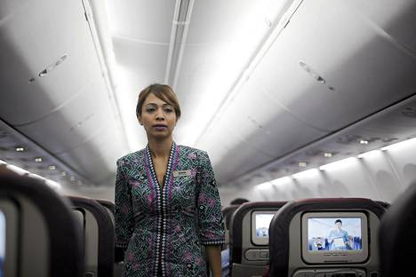 Malaysia Airlinesin lentoemäntä Bangkokin Suvarnabhumin lentokentällä lähdössä kohti Kuala Lumpuria heinäkuun 18. päivänä.