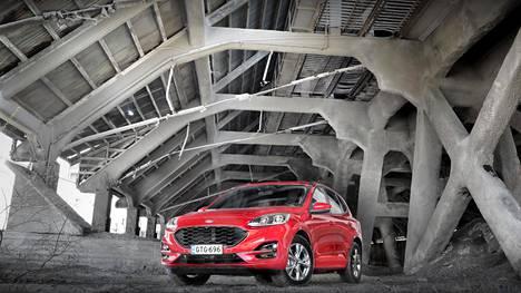 Ford Focuksen pohjarakenteelle perustuvasta Kugasta on muotoiltu komea ja linjakas.