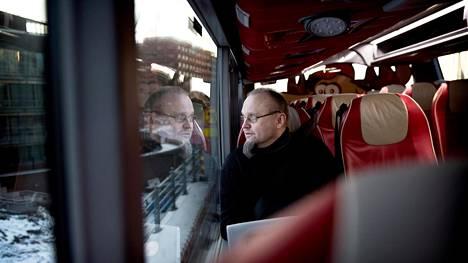 Esa Kotamäki matkustaa Helsingin ja Porvoon välillä työnsä vuoksi. Häntä ei haittaisi maksaa muutamia lisäeuroja siitä, että saisi jatkaa työmatkojen kulkemista bussilla.
