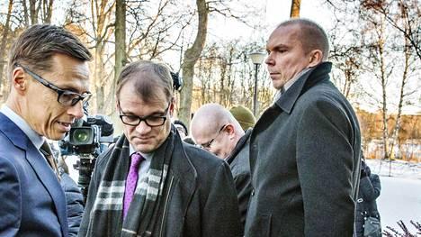 Viestintäjohtaja Markku Mantila (oik.) osallistui hallituksen infoon yhteiskuntasopimuksesta viime vuoden maaliskuussa. Etualalla silloinen valtiovarainministeri Alexander Stubb ja pääministeri Juha Sipilä.