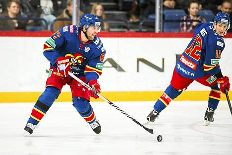 Linus Omarkin (vas.) ja Steve Mosesin edustama Jokerit löylytti Metallurg Novokuznetskin jääkiekon KHL-liigassa.
