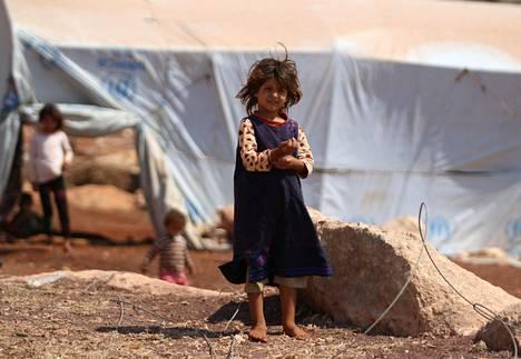 Kotoaan paennut syyrialainen tyttö seisoi teltan ulkopuolella pakolaisleirillä Idlibin maakunnassa lähellä Turkin rajaa sunnuntaina. Syyria ja Venäjä ovat viime viikosta alkaen tehneet ilmaiskuja Idlibiin, jossa majailee noin kolme miljoonaa ihmistä.