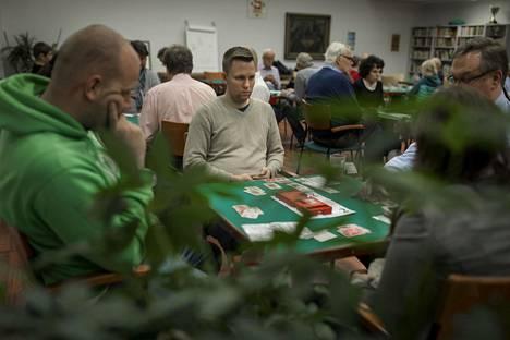 Vesa Fargerlund keskittyy peliin Bridgeareenan peli-illassa. Vastustaja Jesse Jäkärä (vas.) pohtii ankarasti seuraavaa korttiaan.