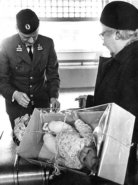 Pahvilaatikkoon ja muovikelmuun pakattu vauvanukkekaan ei päässyt laivasta kaupungille ilman tullivirkailijan suostumusta.