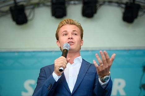 Saksan ja Suomen kansalaisuudet omaava Nico Rosberg puhuu Saksan liikenneministeriön avoimien ovien päivässä elokuussa 2018.