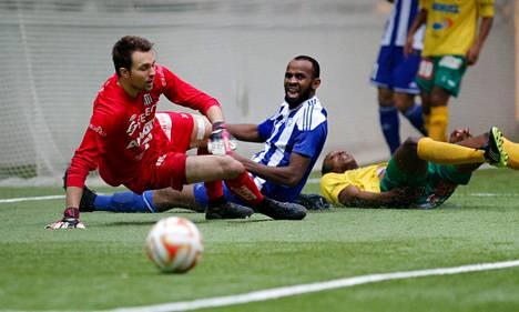 HJK:n gambialainen testikärki Ousman Jallow seurasi katseellaan, kun pallo meni KTP:n Jere Pyhärannan vartioiman maalin ohi liigacupin ottelussa Helsingissä.