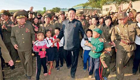 Pohjois-Korean valtiollisen uutistoimiston KCNA:n torstaina julkaisemassa kuvassa maan diktaattori Kim Jong-un tarkastaa Wolnaen saaren puolustuksia maan länsiosassa. Kuvat Pohjois-Koreasta saadaan usein vain valtion virallisen tiedotuksen kautta.