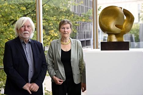 Arkkitehti Viljo Revellin tytär Kati Revell-Nielsen (oik.) ja Finn E. Nielsen brittiläisen kuvanveistäjän Henry Mooren maailmankuulun teoksen Moon Headin julkistustilaisuudessa Lasipalatsissa tiistaina.