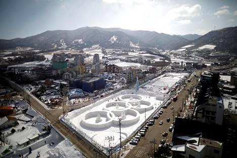 Yleisnäkymä Pyeongchangin talvifestivaaleilta perjantaina. Eteläkorelaiskaupunki isännöi tasan vuoden päästä talviolympialaisia.