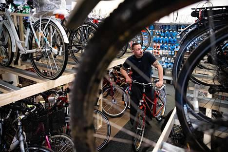 Kierrätyspyöriä kysytään nyt paljon enemmän kuin mitä on tarjolla. Päivittäin on asiakkaita, joille ei löydy pyörää, Sami Rostedt kertoo.