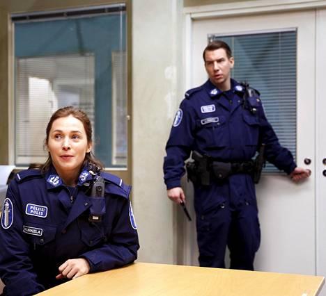 """Robasta nähdään ensi syksynä viides tuotantokausi. Leena Pöysti ja Aku Hirviniemi ovat olleet mukana sarjassa alusta asti. """"Sitä on ollut kiva tehdä. Siinä tunnelmassa ja porukassa on jotain erityistä"""", Pöysti sanoo."""
