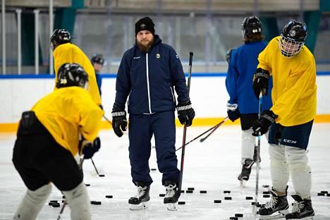 Niko Nieminen työskentelee Bluesin juniorijääkiekkoilijoiden kanssa ja kertoo näille avoimesti kokemuksistaan.