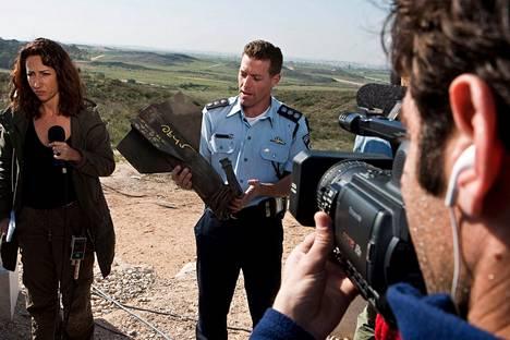 Italialaisen RAI-television toimittaja Lucia Goracci valmistautui tammikussa 2009 suoraan lähetykseen Gazan kaistan ulkopuolisella kukkulalla samalla kun israelin asevoimien tiedotusupseeri Micky Rosenfeld esittelee toiselle kameralle Hamasin ampuman raketin pyrstöä.