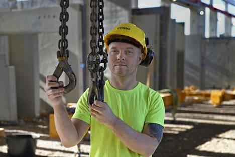 Virolainen betonityöntekijä Janar Liivak työskentelee tehtaalla Lammilla.
