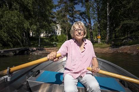 Iris Hagert soutaa kohti kotirantaa. Siitä alkaa jättipiha, jolla on sama suunnittelija kuin tasavallan presidentin kesäasunnon Kultarannan puutarhalla.