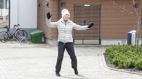 Kauniaisten liikuntasuunnittelijan Helena Pirvola-Nykäsen mukaan moni ikääntyvä aloittaa aktiivisen liikkumisen keväällä.