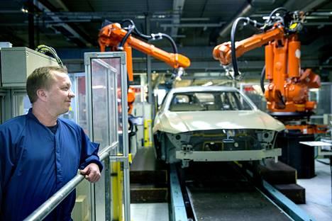 Kimmo Kososen työhön kuuluu taustalla näkyvän tiivisterobotin säätäminen. Suomalaisia oli Volvolla hänen aloittaessaan huomattavasti enemmän kuin nykyään.