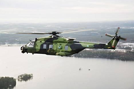 EU aikoo vauhdittaa jäsenmaiden yhteisiä puolustushankintoja. Kuvassa Suomen armeijan NH 90 -helikopteri kuvattuna Heinolan maisemissa.