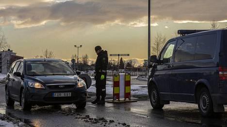 Rajaliikennettä Suomen ja Ruotsin rajalla Torniossa tiistaina.