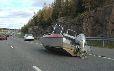 Kehä III:lle singahtanut vene hämmästytti autoilijoita Kehä III:lla Espoossa sunnuntaina.