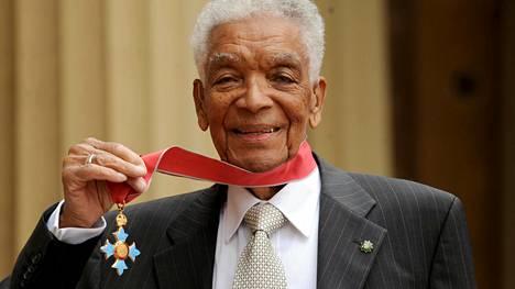 Earl Cameronille myönnettiin Brittiläisen imperiumin ritarikunnan kunniamerkki (CBE) vuonna 2009.