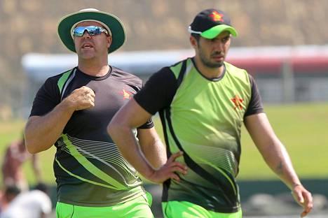 Zimbabwen krikettimaajoukkueen entinen kapteeni ja valmentaja Heath Streak (vas.) on saanut kahdeksan vuoden toimintakiellon korruption vuoksi. Kuvassa valmentaja Streak ja kapteeni Graeme Creme kesäkuussa 2017.