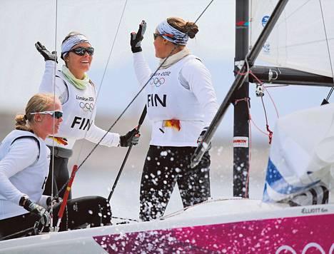 Kippari Silja Lehtinen (toinen vas.) sai Silja Kanervalta onnitteluläpsyn olympiapronssin ratkettua. Mikaela Wulff (vas.) täydensi suomalaistrion.