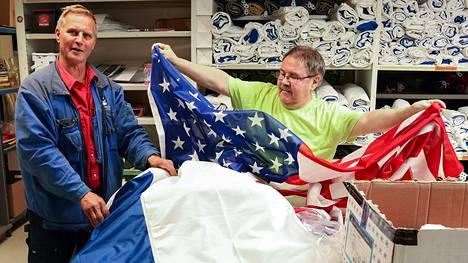 Kalustonhoitajat Kari Hoikkala ja Jouko Kautto tilasivat Trumpin ja Putinin tapaamista varten uudet Venäjän ja Yhdysvaltain liput. Kolme Suomen lippua pyöräytettiin pesukoneessa.
