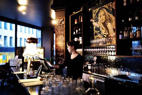 Kalevankadun Vin-Vin-baarissa oli perjantai-iltaan mennessä käynyt vain seitsemän asiakasta. Se on huomattavasti vähemmän kuin normaalisti, kertoo ravintolan työntekijä Susanna Storbacka.