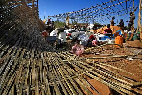 Jo yli 40000 pakolaisen sanotaan paenneen Sudanin puolelle sotatoimia Tigrayn alueella. Lauantaina Gedarefissa sijaitsevalla pakolaisleirillä pystytettiin suojakatoksia.