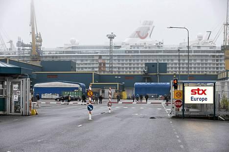 Työntekijät saapumassa aamuvuoroon Turussa STX Finlandin telakalla 9. toukokuuta.