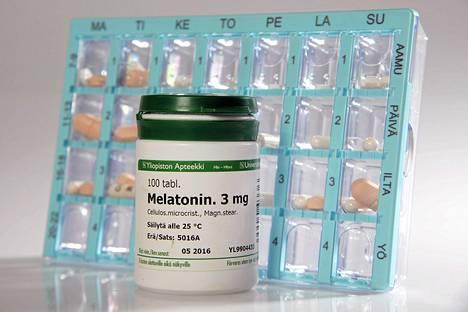 Melatoniinituotteita muun muassa tilapäisen unettomuuden hoitoon. Apteekit kaipaavat selvää tietoa siitä, millaisissa tilanteissa ilman reseptiä saatavaa melatoniinia voidaan myydä asiakkaalle