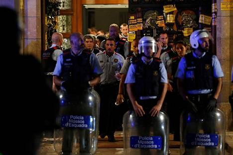 Osa Katalonian poliisin Mossos d'Esquadran joukoista vetäytyi Katalonian parlamenttitalon sisälle mellakkapoliisien häätäessä mielenosoittajia loitommas rakennuksesta Barcelonassa maanantai-iltana.
