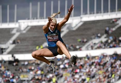 Kristiina Mäkelä on kolmiloikan uusi SE-nainen. Kuva viime syksyn Ruotsi-ottelusta.
