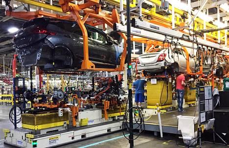 Työntekijät kokosivat Chevy Bolt EV -autoja General Motorsin tehtailla Michiganissa.
