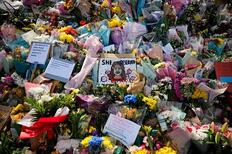 Murhatun Sarah Everardin muistoksi jätettyjä kukka- ja korttitervehdyksiä Lontoossa.