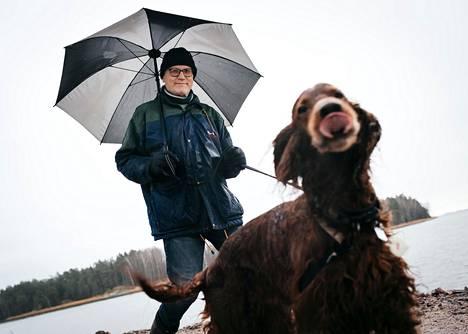 """Espoon Westend on Suomen hyvätuloisin asuinalue, mutta alueella 52 vuotta asunut Olli Sarvanta ei pidä aluetta kovin erityisenä. """"Westend on kiva rauhallinen pientaloalue, mutta pitkin Espoon rannikkoa on yhtä kivoja paikkoja, yhtä kivoja taloja, isompia tontteja. Westendin suurin plussa on sijainti ja hyvät yhteydet. Kymmenen minuuttia omalla autolla Stokkan kellariin Helsinkiin"""", Sarvanta sanoo. Kuvassa myös Mio-koira."""
