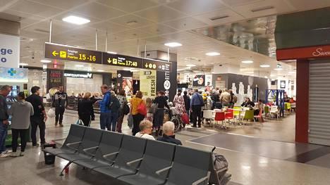 Teneriffan kentällä suomalaiset odottivat lentoaan rauhassa, kertoo helsinkiläinen Kim Masalin. Ainoaan ravintolaan syntyi hieman jonoa, kun ihmiset halusivat käyttää saamansa ruokakupongit.
