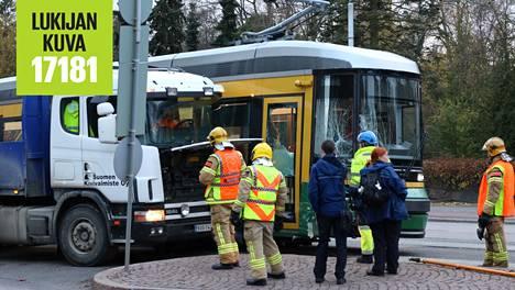 Kuorma-auto ja raitiovaunu kolaroivat Mechelininkadulla viime vuodella 1. marraskuuta. Mechelininkadun Kampissa kulkevalla osuudella sattui vuonna 2017 kaikkiaan 13 liikenneonnettomuutta.