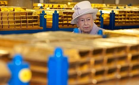 Britannian kuningatar Elisabet vieraili Englannin keskuspankin kultaholveissa vuonna 2012.