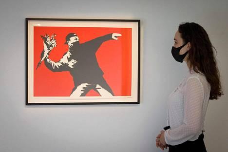 Banksyn teos Love is in the Air oli esillä Christiesin näyttelyssä Lontoossa huhti–toukokuussa 2021.