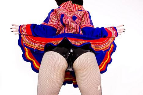 Jenni Hiltusen Grind-videoteoksessa hytkytään dancehall-tyylisesti myös saamenpuvun kopiossa.