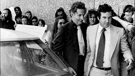 Kun Hans Eysenck hän saapui luennoimaan älyn ja etnisten piirteiden kytköksistä Macquarien yliopistoon vuonna 1977, paikalla oli mielenosoittajia. Joiltakin opiskelijoilta ja tutkijoita estettiin pääsy luentosaliin.