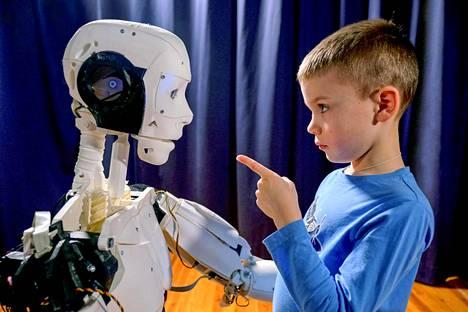 Outouden laaksossa lapset keskustelevat robottien kanssa elämästä.