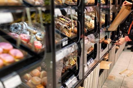 Ruokakauppojen paistopisteet notkuvat herkkuja ja helppoja välipaloja. Kuvassa tuotteet siirretään pussiin esimerkillisesti ottimilla.