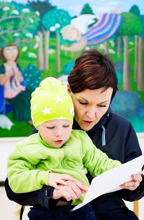 Jyväskyläläinen Tatu Kukkonen, 2, sai torstaina elämänsä toisen palvelusetelin Huhtasuon terveysasemalla. Äidin mielestä tärkeintä on, että korvatulehdukseen löytyy apu.