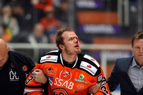 HPK:n Joonas Lehtivuori (HPK) autetttin pois jäältä verissä päin Pelicansin Antti Tyrväisen taklauksen jälkeen lokakuussa 2016.