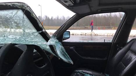 Hylätyn auton ikkunat on rikottu.
