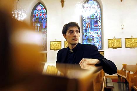 """Pyhän Henrikin katedraaliseurakunnan kirkkoherra isä Marco rukoilee Suomelle sen juhlavuonna sisäistä rauhaa. """"Vähemmän yksinäisyyttä, lohduttomuutta ja rakkauden puutetta."""""""